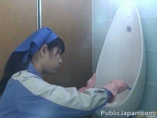 Азиатки тоалетна attendant cleans погрешно
