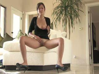 Miyu karstās brunete skaistule aptaustīšana vāvere par the dīvāns