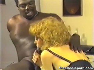 Melnas boss jāšanās rūdmataina paklīdusi sieviete