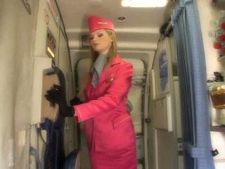 Fin blond flyvertinne suging kuk onboard