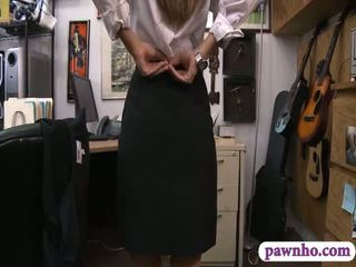 Card dealer pawns suo twat e gets screwed in il retrobottega