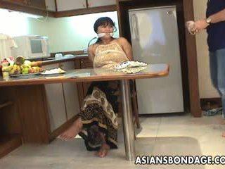 ناضج امرأة سمراء مع كبير الثدي tied فوق و متلمس فوق