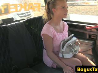 Cocksucking taxi čekiškas pakliuvom apie galinė sėdynė: nemokamai hd porno c4