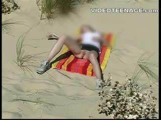 Blondine tiener onder het rokje bij strand