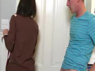 मिल्फ convinces बेब को चूसना कॉक साथ उसकी
