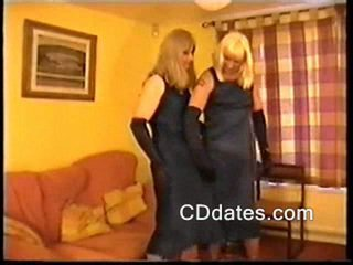 Seksi crossdressers suck vsak drugi off