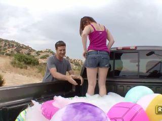 Hitchhiker having openlucht seks in de terug van de auto