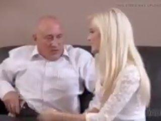 Pieauguša guy embarks spontaneous sekss ar winsome jauns