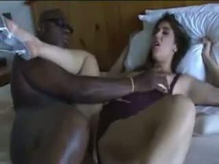 Neištikimybė žmona gets pakliuvom iki jos juodas lover apie lova.