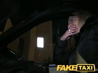 Faketaxi blondynka gets jej kit od w taxi cab - porno wideo 481