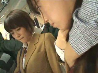 Δημόσιο perverts harass ιαπωνικό schoolgirls επί ένα τρένο