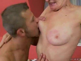 Heet oma gets haar harig poesje geneukt