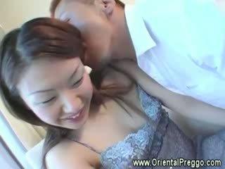 Eager guy gets zijn handen op een prego aziatisch meisjes vol lichaam
