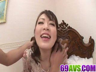 Ζουμερό κορίτσι loves να crack αυτήν υγρός μουνί