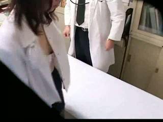 Aziatisch gynecologist fucks zijn patiënt op voyeur spycam