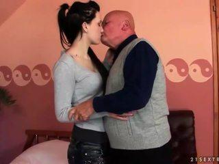 Velmi starý dědeček loves dospívající dívka