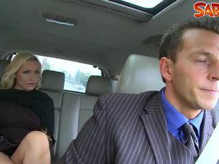 Възбуден widow nailed от chauffeur