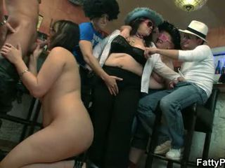 Rechoncho nena takes two cocks desde ambos ends