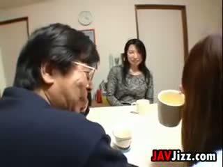Japonské milfka masturbovanie na the stôl
