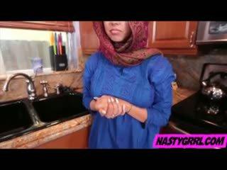 Hijabi dziewczyna ada has do ssać chuj i obey