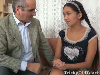 Tricky gammal perv lecturer persuades asiatiskapojke cutie till swallow hans ström tool