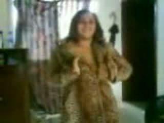 Arab uly emjekli jatty in a ýigrenji dance video