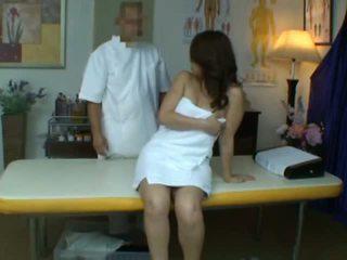 Unge kone reluctant orgasme under helse massasje