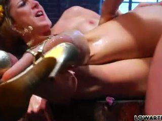 hardcore sex, tūpļa, meitene izpaužas viņas pirkstiem sūkāt