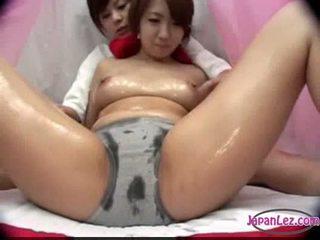 Asiatisch mädchen im höschen massaged mit öl titten rubbed muschi fing