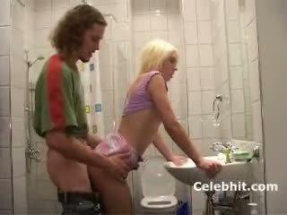 Ze gets neuken in badkamer blondine tiener babe 3