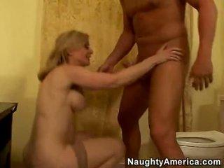 Hardcore lover nina hartley acquires si ramonée sur son twat à partir de son derrière