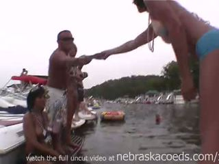 Daudz random sievietes flashing viņu ideālas bumbulīši par lake uz missouri