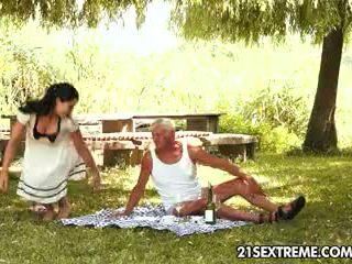 Remaja cutie s keriting picnic dengan yang datuk