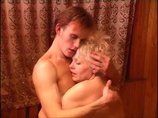 Moden kvinde & ung fyr (6 - russisk porno & dansk tittel)