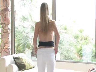 Danielle acquires undressed poi uses suo giocattolo su suo vagina