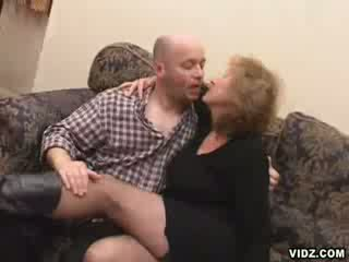 Vecs wrinkled blondīne eskorts eats augšup boner