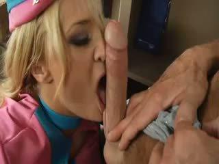 Rondborstig stewardess pleases een dude