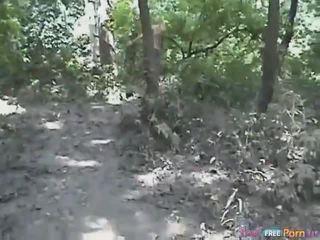 Tania has en vovvenutformar quickie i den skogs