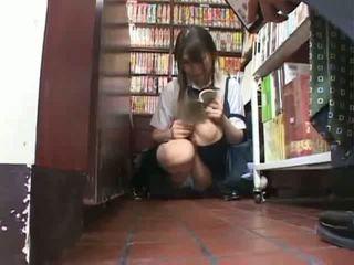 Drovus mokinukė apgraibytas ir used į a bookstore