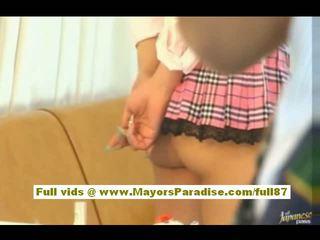 Risa tsukino aziatisch meisje in serveerster uniform enjoys zuigen reusachtig lul