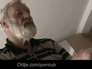 "Bearded bestefar sæd i tinaãâ²ãâ'ã¢â""â¢s unge munn"
