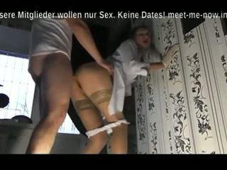 Boese Krankenschwester versorgt