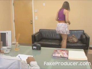 Mia golds første porno noensinne med den fakeproducer