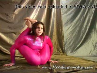 Contortionist marina twists لها هيئة في ل جنسي مطاط bodysuit