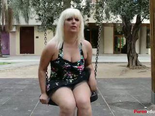 Susana se masturba một escondidas en un parque público