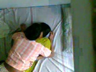 Berniukas dulkinimasis jo mergina apie paslėptas camera
