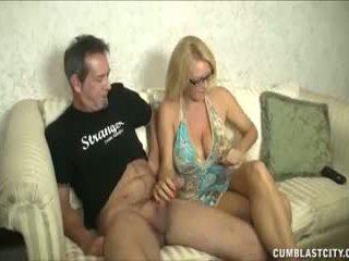 Huge-titted mammīte enjoys raušana cocks