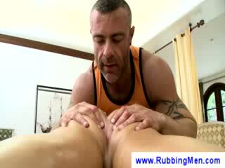 Tattooed masseuse grabs ένα guy dong