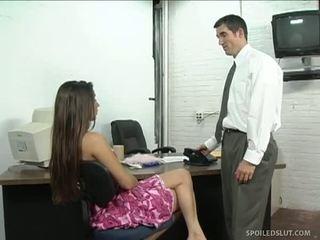 Brunete sekretāre getting boned par galds