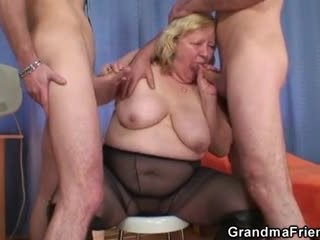 Reusachtig titted grootmoeder swallows two cocks